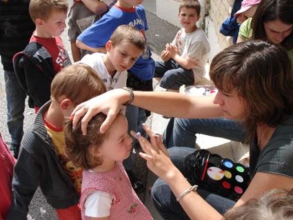 Activité de maquillage organisée par le centre de loisirs